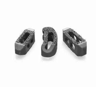 Verschiedene Bandscheibenimplantate aus Titan von der Marke Captiva Spine